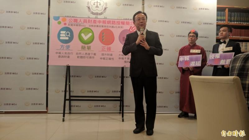 廉政署主任秘書馮成講解財產申報授權制度。(記者吳政峰攝)