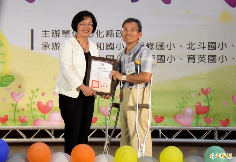 和美實驗學校老師蔡啟海,退休8年成立台灣畫話協會,輔導患有身心障礙2呃學生畫畫,教育不歸零精神,獲得教育奉獻獎的肯定。(記者陳冠備攝)