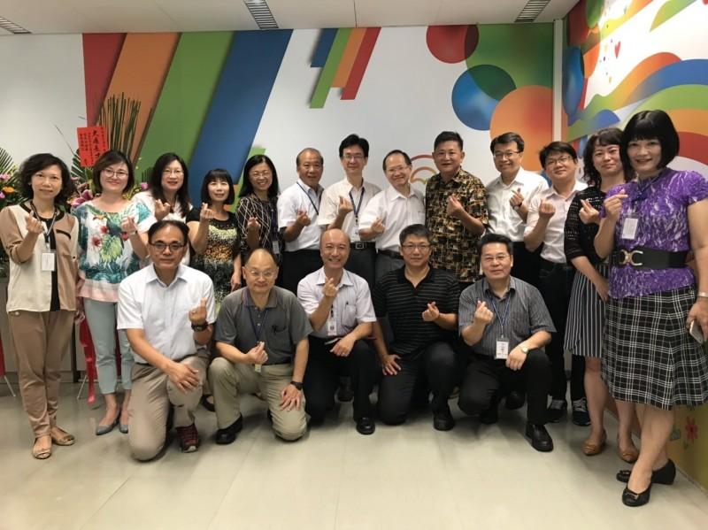 新任台中市社會局長彭懷真今天走馬上任,與社會局各科室打招呼、拍照。(台中市社會局提供)
