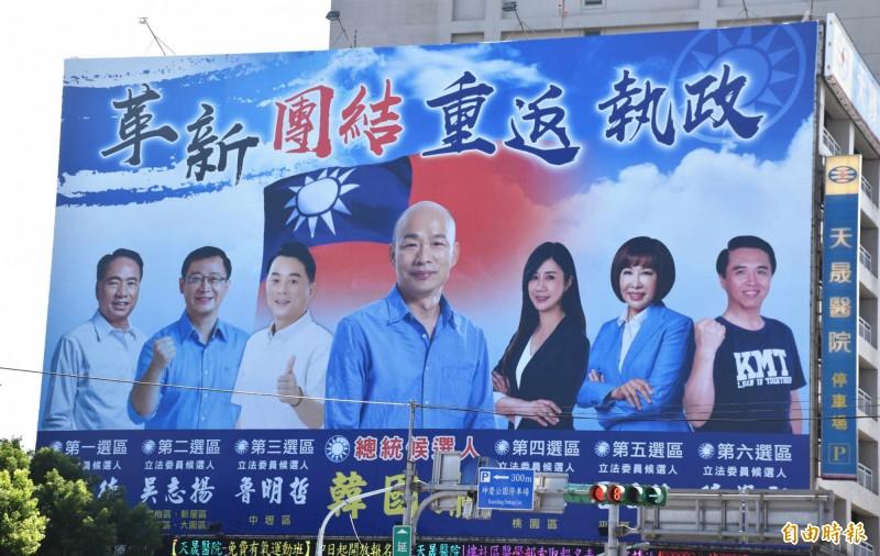 桃園市6位立委參選人與韓國瑜同框的選舉看板,高掛中壢天晟醫院的外牆。(記者李容萍攝)