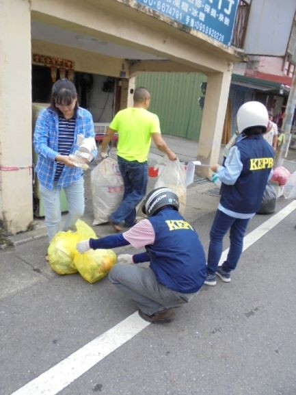 環保局執行垃圾強制分類破袋稽查。(記者陳文嬋翻攝)