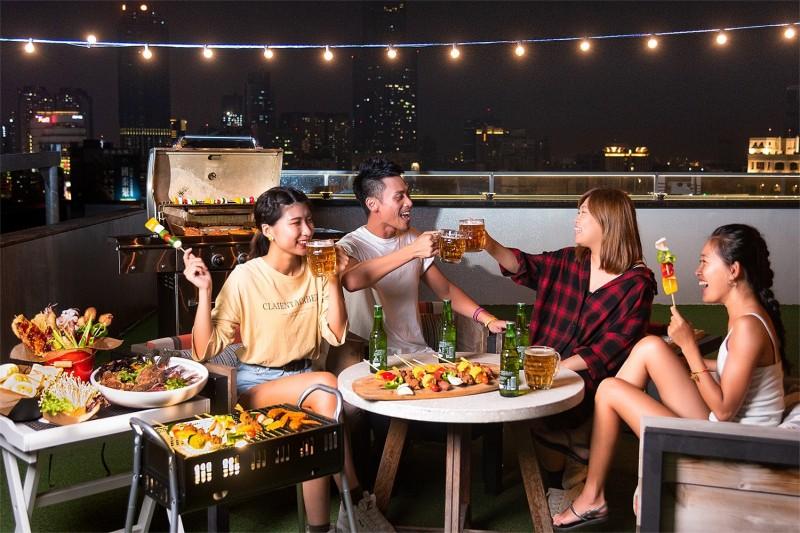 高雄英迪格酒店有著全台最美「高空酒吧」,不僅有烤肉趴,還有美髮沙龍服務。(圖/英迪格酒店提供)
