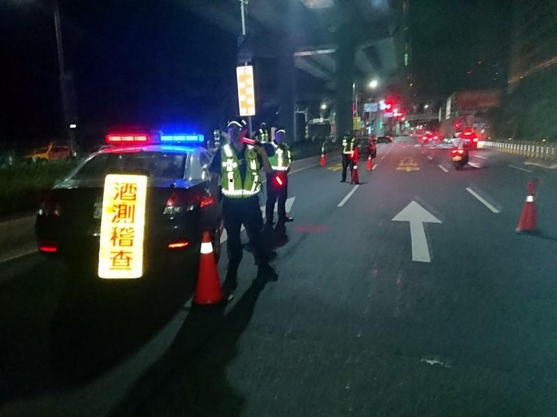 中秋佳節將屆,新莊警分局在交通要道加強酒駕路檢,嚴加取締酒駕。(記者吳仁捷翻攝)