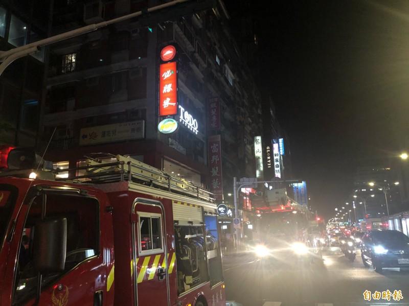 台北市南京東路四段晚間傳出火警,消防局派出大批人車到場救援。(記者姚岳宏攝)