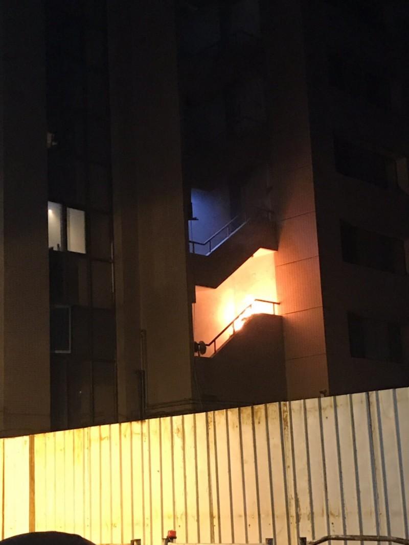 台北市南京東路四段晚間傳出火警,消防局派出大批人車到場救援。(記者姚岳宏翻攝)