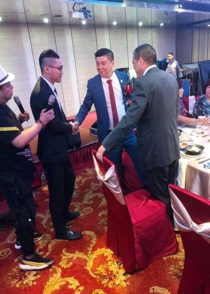 「鐵霸」曾盈富50歲壽宴,網紅連千毅(左)到場祝壽,兩人互動熱烈。(記者攝)