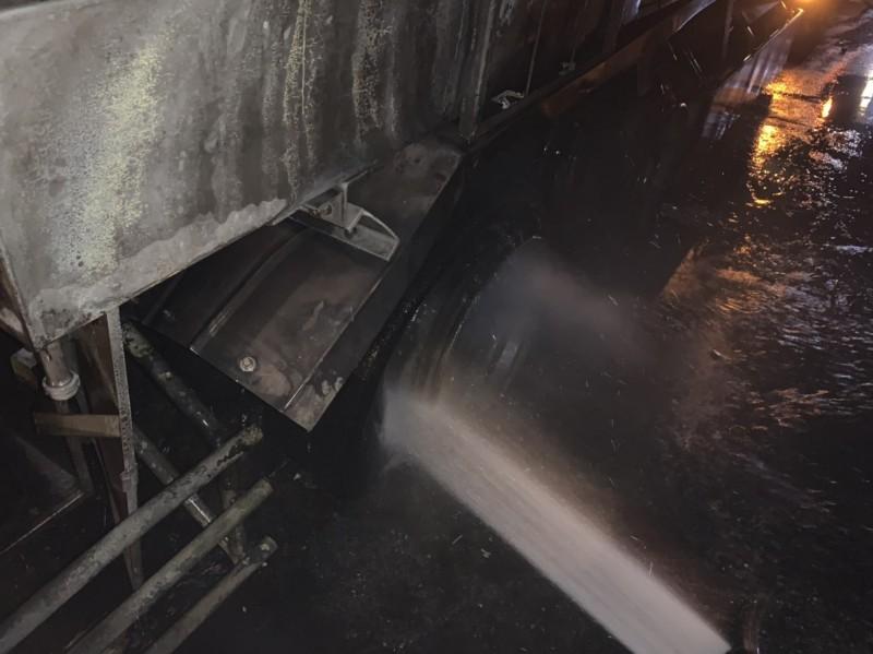消防人員以強力水柱搶撲滅起火輪胎。(記者陳賢義翻攝)
