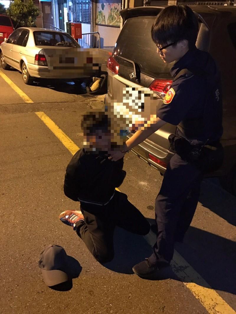新竹縣警察局新湖分局警員李耿豪追逐約500公尺逮捕車手,順利追回被害人險些被領走的現金和存摺、提款卡。(記者廖雪茹翻攝)