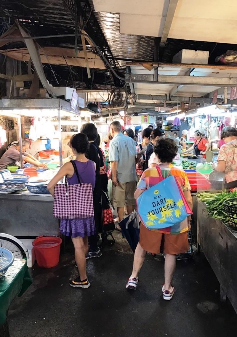 中秋節將近,新北市政府查訪應景食材的物價概況。(主計處提供)