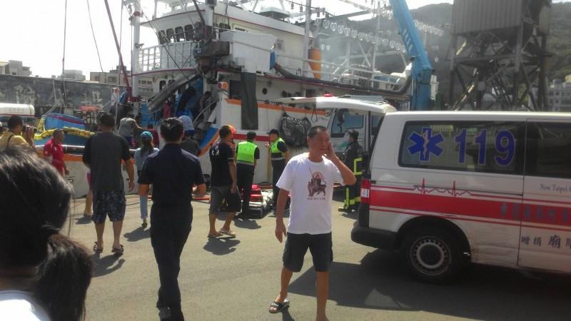泊靠在新北市區萬里漁港內的「天豐一號」漁船今天上午發生火警。(記者林嘉東翻攝)