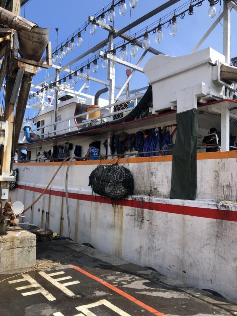 泊靠在新北市區萬里漁港內的「天豐一號」漁船今天上午發生火警,火勢在艙底悶燒。 (記者林嘉東翻攝)
