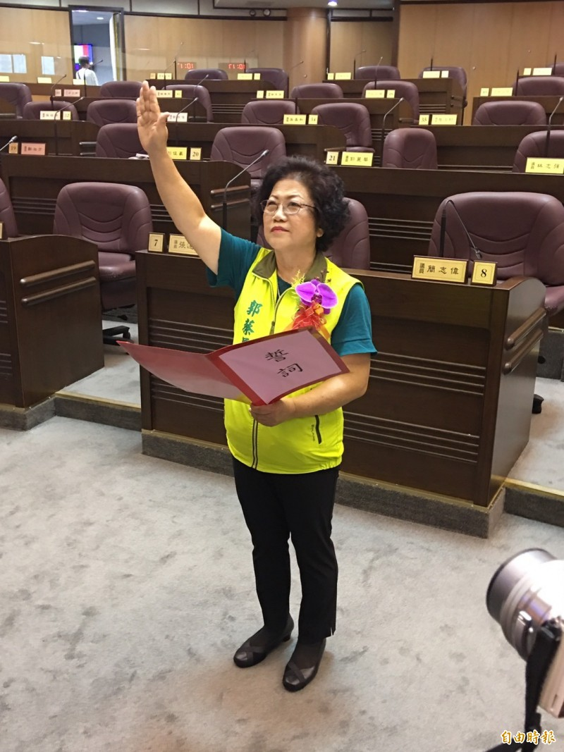 市議員郭蔡美英宣布就職。(記者謝武雄攝)