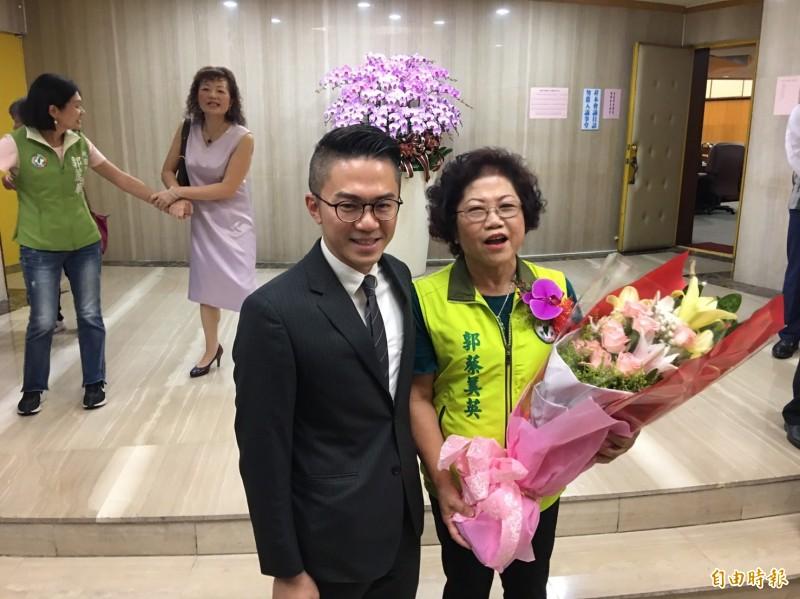 市議員郭蔡美英與擔任局長的兒子郭裕信合影。(記者謝武雄攝)