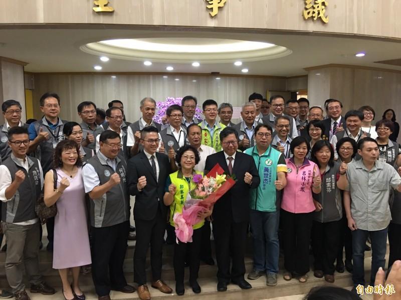 市議員郭蔡美英宣誓就職後,與市府官員、議會同事及支持者合影。(記者謝武雄攝)