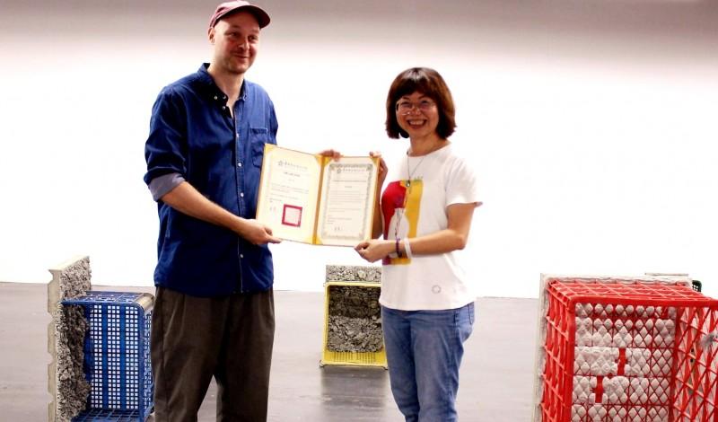 德國藝術家山繆.席格走訪佳里、麻豆菜市場,與攤商交流獲取各式蔬果塑膠籃,以水泥鑄模結合台灣常見鐵皮浪板,變身富有台灣在地性與特色的雕塑作品。(圖由南市文化局提供)