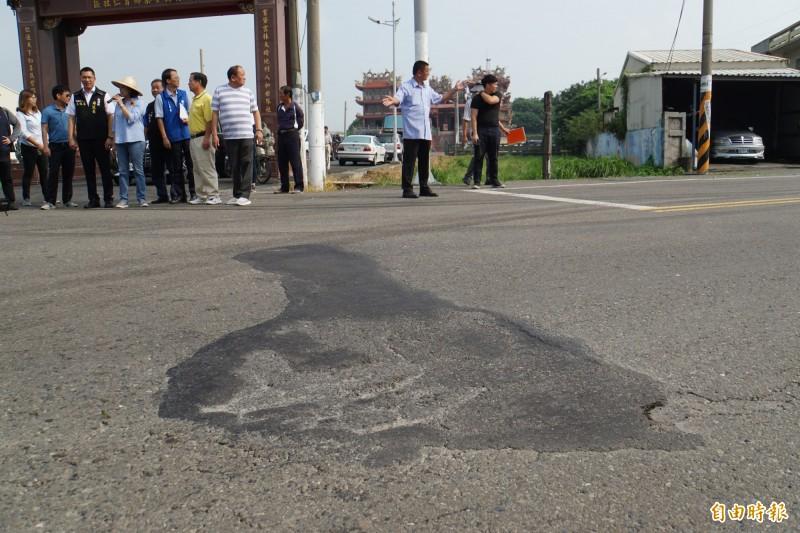雲林縣156線常有重車經過,路面常被壓壞。(記者詹士弘攝)
