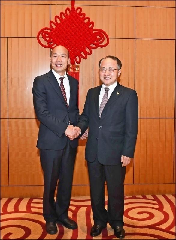 高雄市長韓國瑜3月底訪問香港時,與中聯辦主任王志民(右)見面。 (圖:取自香港中聯辦官網)