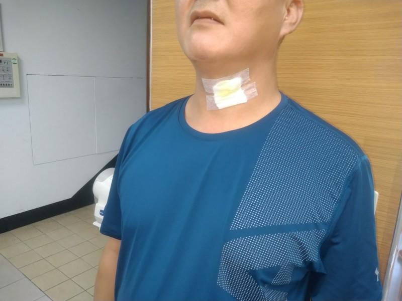 桃園市政府警察局保安警察大隊一名警員在駁火過程中脖子受傷。(記者周敏鴻翻攝)