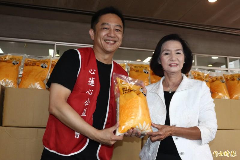 藝人陳昭榮(左)與父親陳忠雄成立的中華心蓮心公益協會,今年連續第5年,捐贈給宜蘭縣共2萬斤的白米。(記者林敬倫攝)
