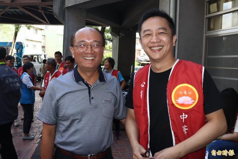 5年前在前宜蘭縣副縣長黃適超(左)的引介下,陳昭榮(右)與宜蘭結緣,他的公益協會也開始在宜蘭服務。(記者林敬倫攝)