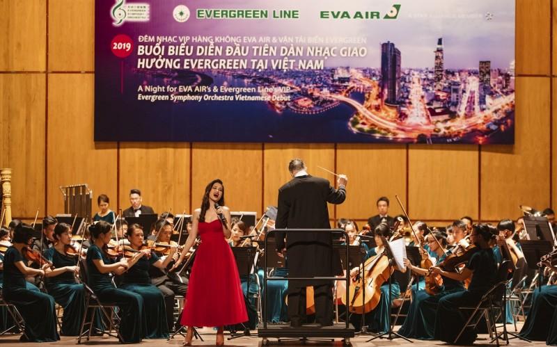 被稱為「越南蔡依林」的女歌手,同時也是長榮航空越南代言人東兒(Dong Nhi),與長榮交響樂團合作,表演結合古典與流行音樂。(長榮航空提供)