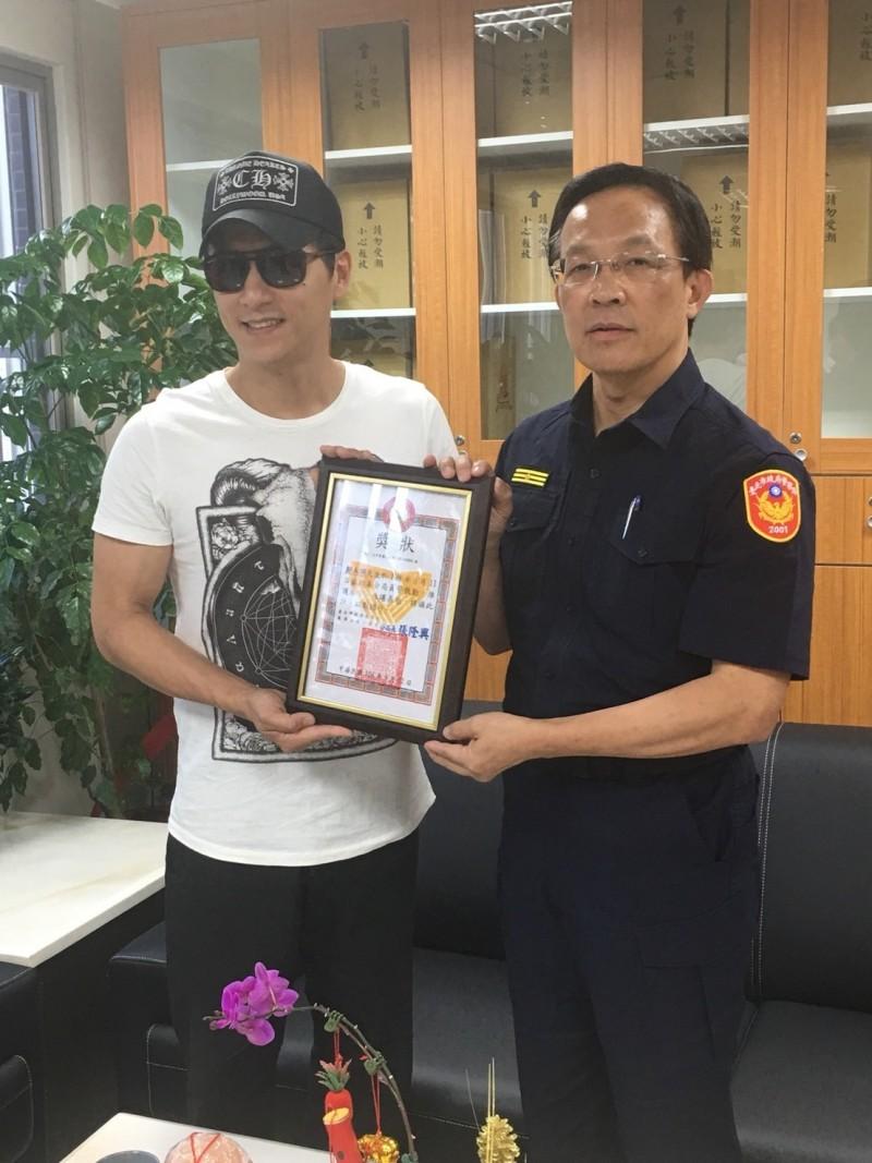 萬華分局長張隆興頒發獎狀給鄭人碩。(記者王冠仁翻攝)