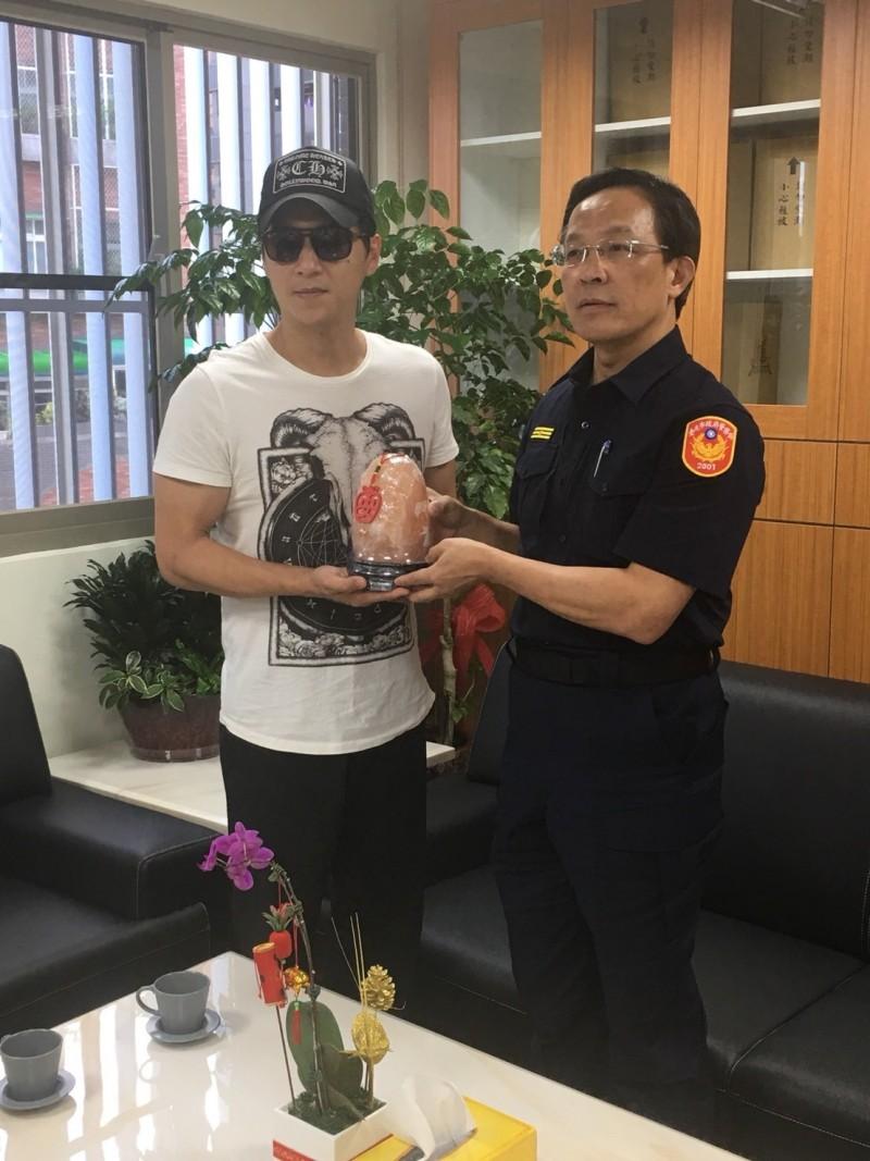 萬華分局長張隆興贈送紀念品給鄭人碩。(記者王冠仁翻攝)