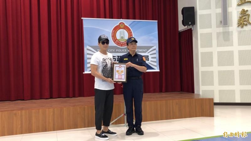 鄭人碩接受警方表揚。(記者王冠仁攝)
