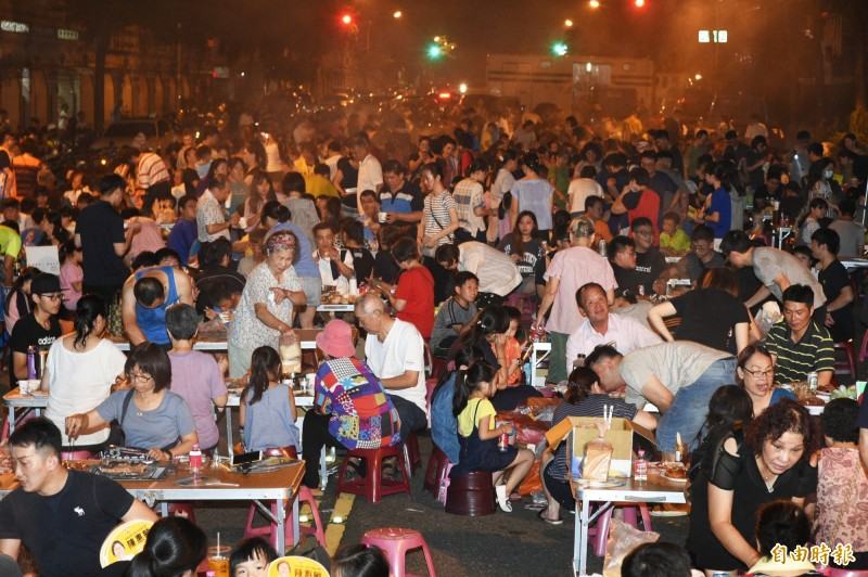高雄市鳳山區誠義里今晚舉辦中秋烤肉活動,現場擺了近百桌上千人參加。(記者張忠義攝)