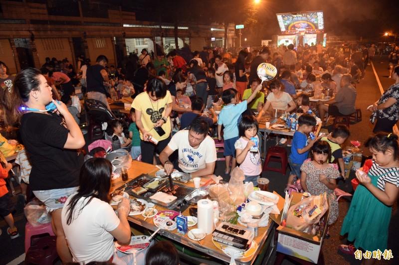 鳳山區誠義里舉辦中秋烤肉活動,現場烤肉香味四溢,十分熱鬧。(記者張忠義攝)