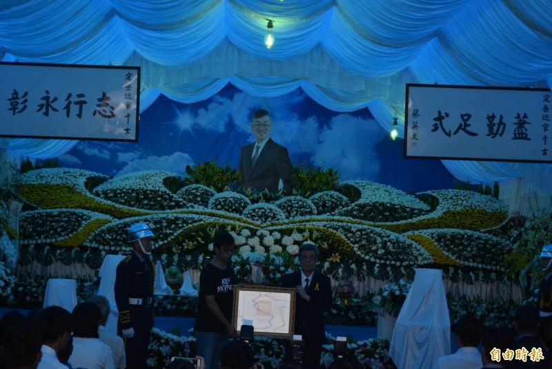 副總統陳建仁頒發褒揚令。(記者湯世名攝)