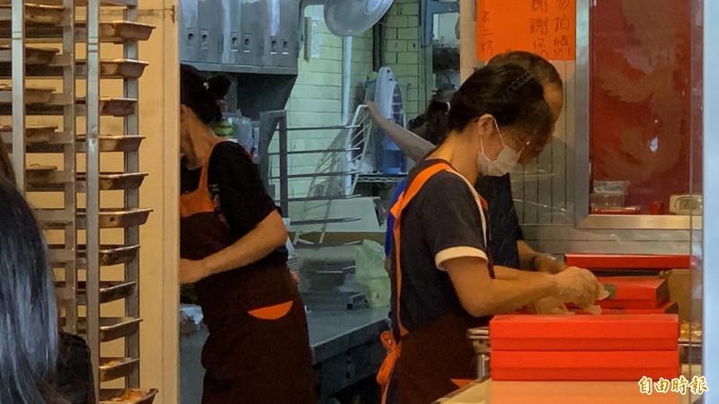 30天蛋黃酥之亂終於在今天中秋節落幕,店家忙著銷售最後一批蛋黃酥。(記者湯世名攝)