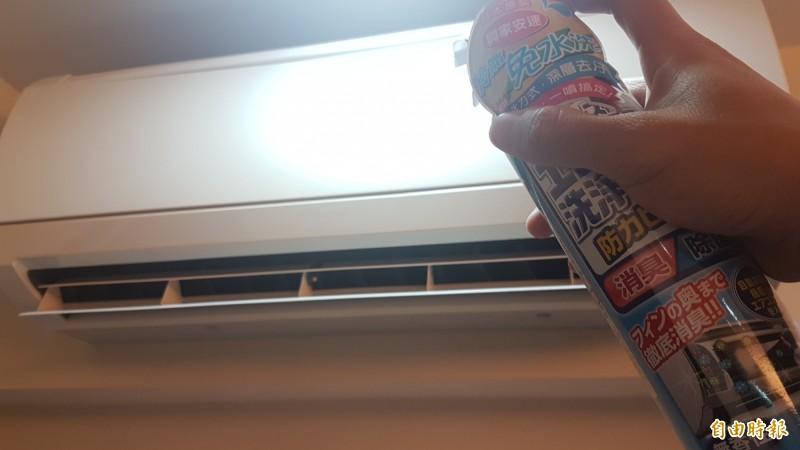 嘉義市府補助民眾清洗冷氣機。(記者林宜樟攝)
