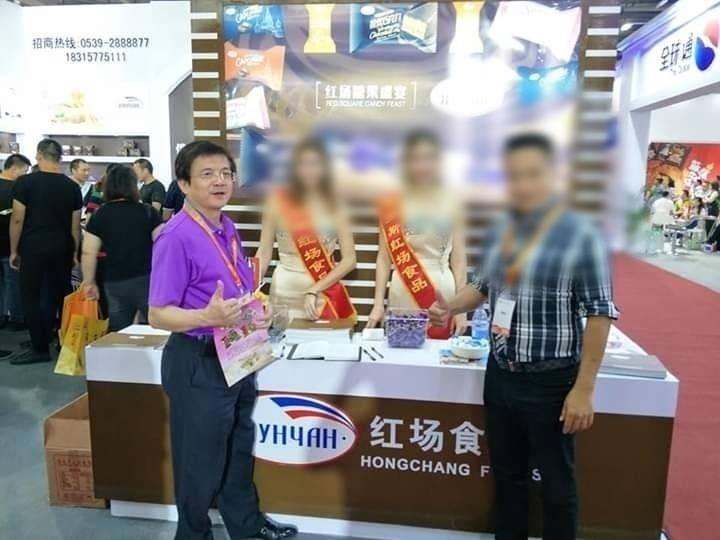 蔡金樹(左一)去年失聯前的最後身影。圖為他去年7月20日出席兩岸食品交易會的照片。(取自蔡金樹臉書)