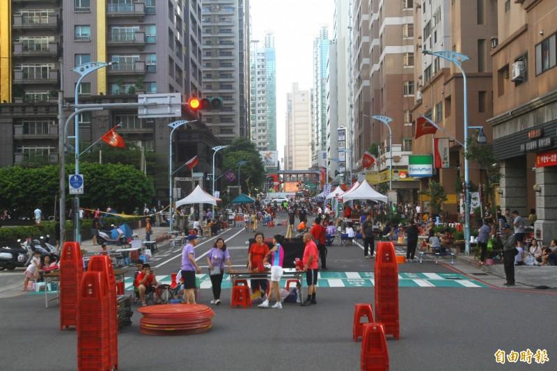 下午4點許開始封街,民眾忙著搬運烤肉器材與食材。(記者許倬勛攝)