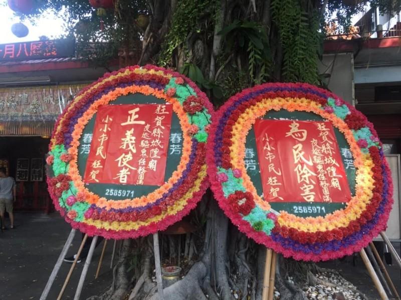 蘇婦被打有民眾還送花圈給縣城隍廟。(記者王捷翻攝)