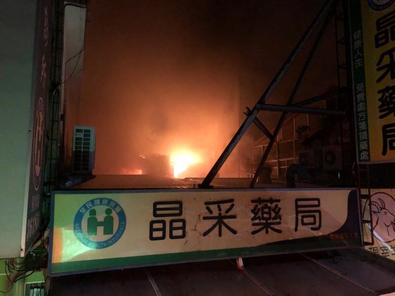 台東市中正路原味羊肉爐清晨火警延燒隔壁藥局。(記者黃明堂翻攝)