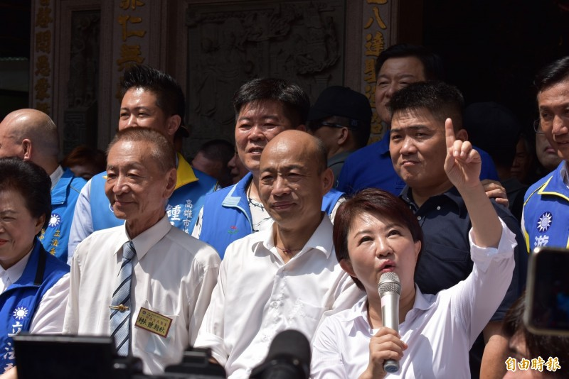 盧秀燕為韓國瑜站台時,舉手要大家隨時抬頭看天空「藍天再現」。(記者張瑞楨攝)
