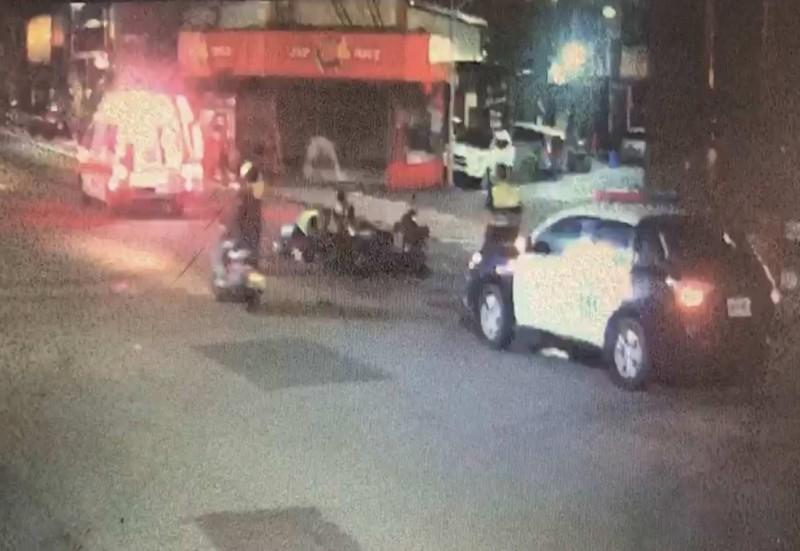 彰化市今天凌晨驚傳一起機車對撞車禍,消防人員搶救仍釀成1死1重傷。(記者湯世名翻攝)
