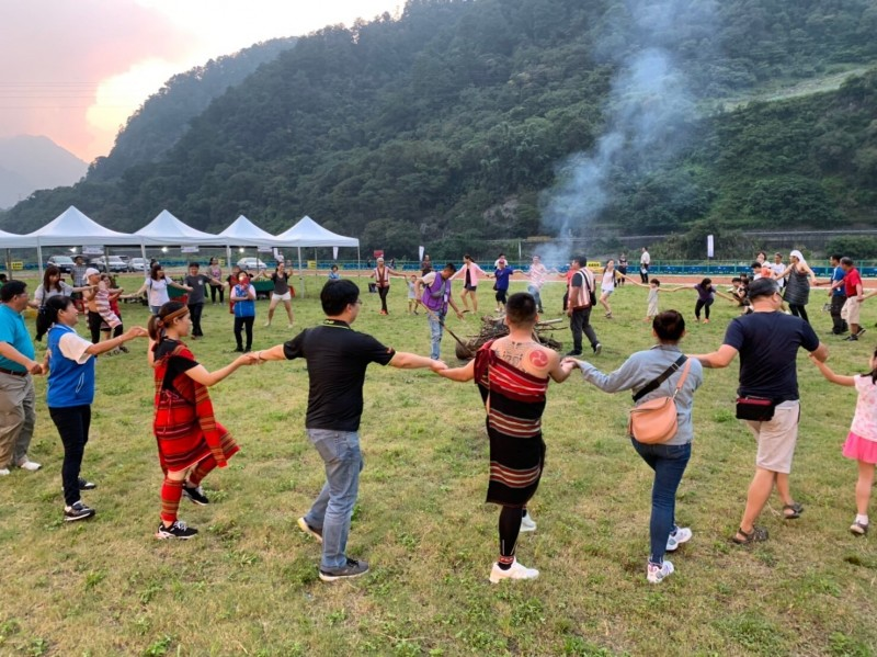 和平區農會在和平區雨運動公園舉辦「2019德芙蘭好山好水、泰好玩」活動,吸引許多民眾參加。(記者歐素美翻攝)