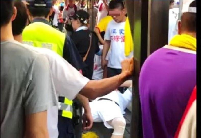鬥毆事件中有人倒地受傷。(翻攝自黑色豪門企業)