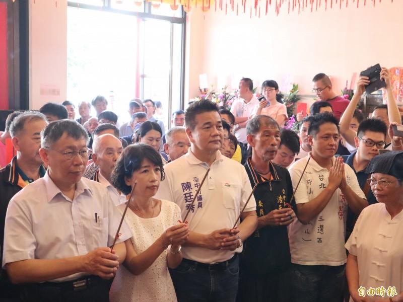 台北市長柯文哲到梧棲浩天宮參拜,廟方人員主持上香儀式時卻喊出韓國瑜的口號「台灣安全,人民有錢」。(記者歐素美攝)