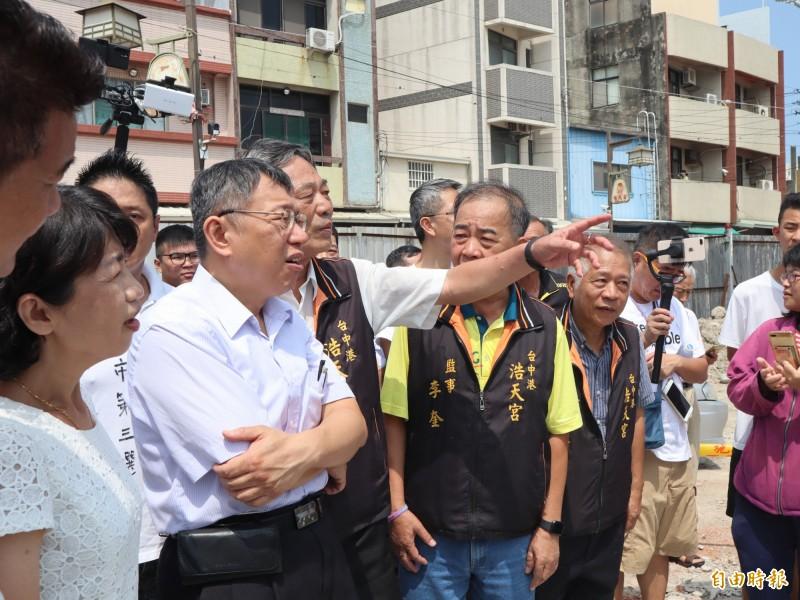 台北市長柯文哲到梧棲浩天宮參拜,並參觀廟方正在重建的工地。(記者歐素美攝)