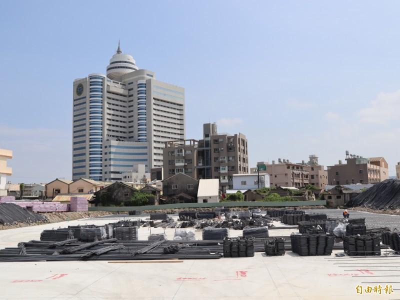 梧棲浩天宮正施工重建,光是廟體的基地即佔地八百坪。(記者歐素美攝)