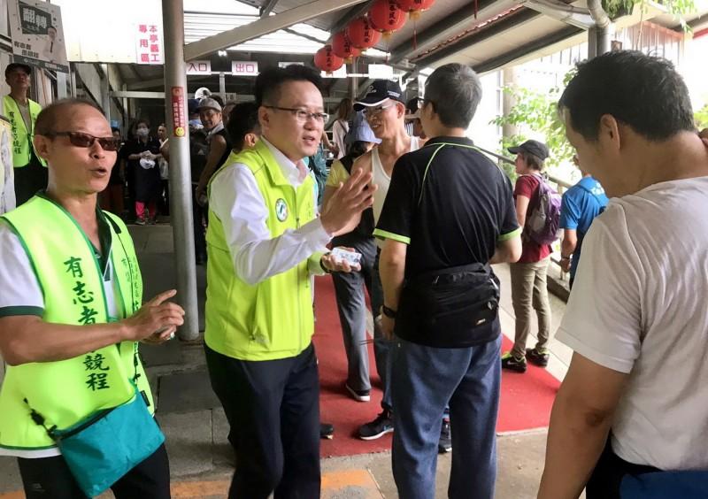 民進黨台中市第5選區立委參選人莊競程(左2)到大坑觀音亭,向山友打招呼。(莊競程提供)