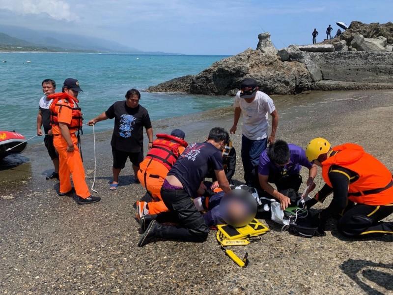 烏石鼻沿岸釣客落海,海巡消防齊力救援仍不治。(記者黃明堂翻攝)
