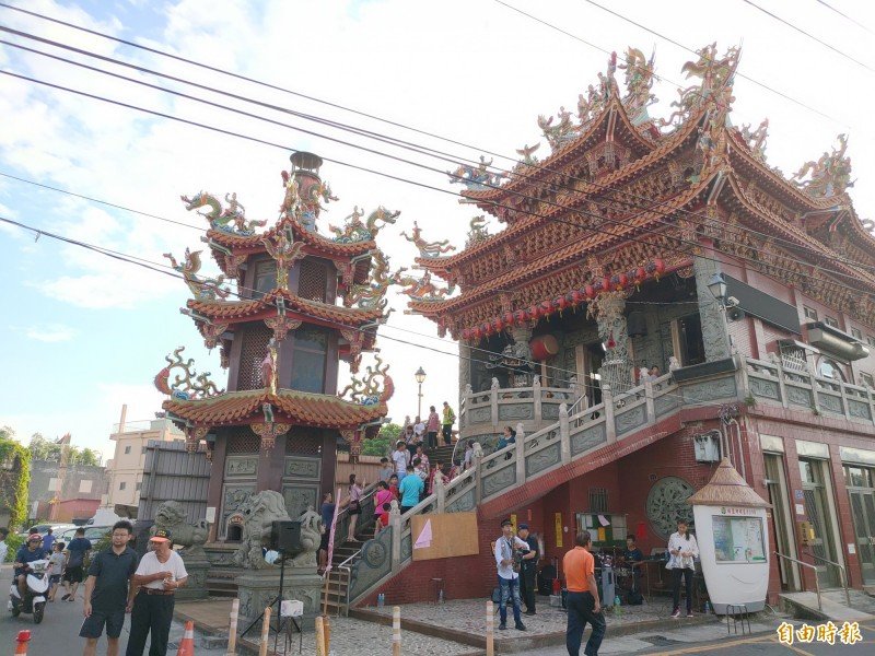 彰化埔鹽順澤宮爆紅,吸引遊客到廟打卡,還有樂團來表演。(記者陳冠備攝)