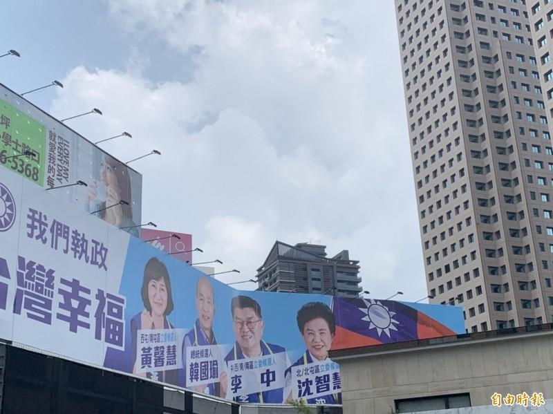 台中國民黨藍營三選將掛出與韓國瑜的合體照(記者唐在馨攝)