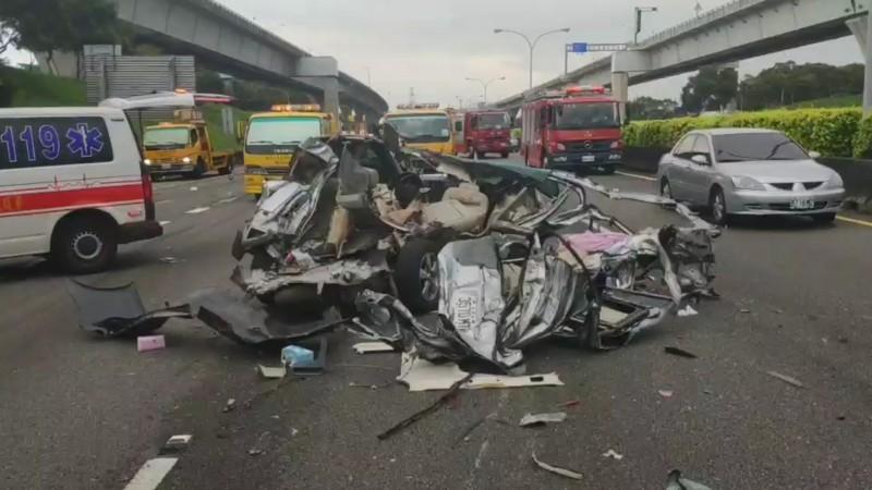 國一北上42.3K處嚴重車禍,9輛小客車、貨車連環撞。(記者鄭淑婷翻攝)