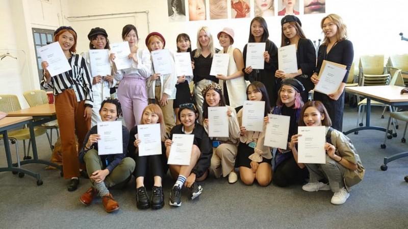 弘光學生前往英國時尚學院研習後獲頒證書。(弘光科大提供)